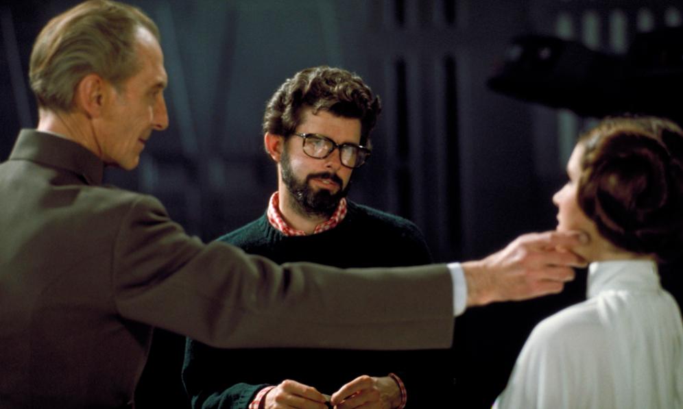 """<strong>EL ESTRENO.- </strong> Casi seis años y cuatro guiones más tarde, el 25 de mayo de 1977 llegó el día del estreno en EEUU. El filme se llamó simplemente 'Star Wars' y no 'Episodio IV: Una nueva esperanza'. Nadie, empezando por el director, confiaba en la cinta y menos en secuelas. George Lucas cambió la 'première' por una playa hawaiana. Los problemas durante el rodaje y la edición y un elenco con caras poco conocidas convencieron a un deprimido Lucas de que el filme no llegaría a nada. <p>Fueron muchos los detractores previos. Brian de Palma, íntimo de Lucas, la calificó como 'the worst movie ever'. Coppola, su mentor, le aconsejó abandonar y el actor Alec Guinness, Obi-Wan Kenobi, reconoció años más tarde que cuando le ofrecieron el papel pensó que era """"una basura de cuento de hadas"""". Ni siquiera su esposa de entonces, Marcia, cuya opinión era muy valorada por Lucas y que fue la montadora de 'El retorno del Jedi', estuvo a favor de la producción. </p> <p>Sólo una persona apoyó a Lucas desde el primer momento y confió en que la película fuera un éxito: su buen amigo Steven Spielberg.  El director aseguró a George Lucas que Star Wars lograría millones, y no se equivocó: ajustada a inflación, es la segunda película con mayor recaudación en EEUU después de 'Lo que el viento se llevó'. </p>"""