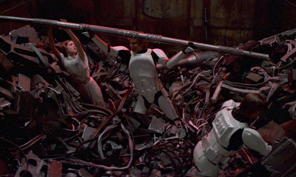 <strong>LOS ESCENARIOS.-</strong> Durante el rodaje del 'Episodio IV', los escenarios provocaron algún quebradero de cabeza al equipo de George Lucas. La primera película de la saga se rodó mayoritariamente en los estudios londinenses Elstree, sin embargo las escenas de Tatooine llevaron a actores y cámaras hasta Túnez. No fue fácil: el primer día les sorprendió el mayor diluvio en 50 años. Y, después del chaparrón, una fuerte tormenta de arena que destrozó varios sets de rodaje, lo que obligó a retrasar la grabación varios días. <p> El incidente más grave llegaría unos días más tarde, cuando el gobierno de Libia avistó un enorme vehículo militar muy cerca de su frontera: un reptador de las arenas. Había sido aparcado por el equipo de producción y la alarma se desató en el país vecino que inmediatamente anunció amenazas de movilización militar contra Túnez. Así que no hubo otro remedio que retirar el vehículo lejos de la frontera. </p> <p>De Tatooine a la trituradora de basura de la Estrella de la Muerte. Para la realización de la escena, Roger Christian, encargado de decorados, pensó que llenar el set con basura real daría más realismo. El traje peludo de Chewbacca no fue lo único que sufrió las consecuencias del hedor insoportable. Mark Hamill (Luke) aguantó tanto la respiración que se le reventó un vaso sanguíneo del rostro y, a partir de ese momento, todas las escenas  tuvieron que tomarse desde el mismo ángulo para ocultar el percance. </p>