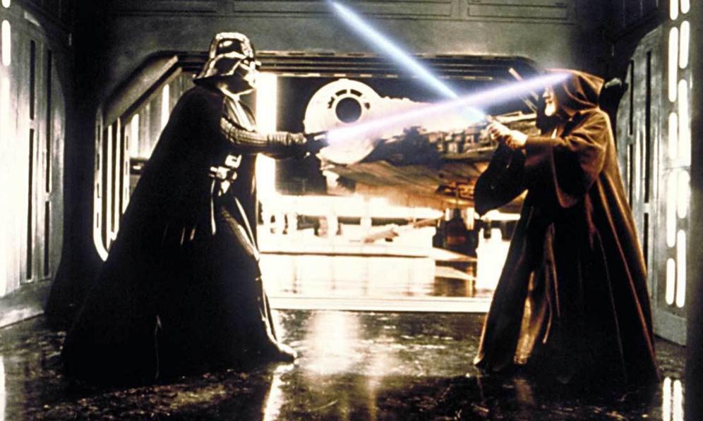 <strong>LOS SONIDOS.- </strong> La tecnología existente en los años de la primera película de la saga obligó al equipo de producción de George Lucas a improvisar a la hora de crear sonidos e idiomas. Todos recuerdan la característica respiración de Darth Vader, pero no tantos saben que, para crearla, se utilizó un respirador de buzo submarino. Casi más sorprendente es cómo se consiguió el sonido de las espadas láser: gracias a un ventilador estropeado. <p>Otra voz difícil de olvidar es la de R2D2. Los sonidos chirriantes que el droide emitía cuando quería comunicarse eran en realidad grabaciones de bebés manipuladas con un sintetizador, lo que aportaba ese característico sonido mecanizado.</p> <p>Además de los sonidos alterados, Lucas incluyó lenguas indígenas y bantúes para dar voz a algunos de sus personajes. Por ejemplo, la lengua Jawa que se habla en el planeta Tatooine es en realidad zulú, idioma oficial en Sudáfrica, modificado electrónicamente para que suene más acelerado y Gredo, el cazarecompensas, se comunica en una especie de quechua que se reproduce al revés.</p>