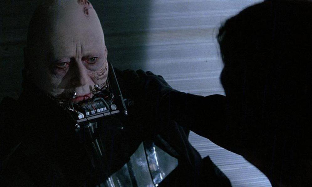 <strong>LAS RELACIONES.-</strong> Es curioso que Darth Vader también fuera el 'malo' fuera de la pantalla. Al menos el actor que le dio vida: David Prowse. Desde el primer momento el intérprete británico no entabló muy buena relación con George Lucas, ya que el director consideraba su voz demasiado aguda para hacer de Lord Vader. La relación se truncó cuando Prowse descubrió que la voz no era la suya sino la de otro actor, James Earl Jones. Según Prowse, Lucas se lo ocultó hasta el día del estreno. No obstante, el actor inglés continuó haciendo de Darth Vader en las secuelas. Aunque, para su sorpresa, cuando Darth Vader es desenmascarado, los fans no vieron su rostro, sino el del actor Sebastian Shaw, como se aprecia en la imagen. <p> A Prowse no le gustó demasiado ser solo el cuerpo de Darth Vader y se vengó de George Lucas al criticarlo en el documental 'The people Vs. George Lucas'. Este fue el último capítulo de la disputa ya que la productora, Lucasfilm, vetó a Prowse para siempre de cualquier acto organizado en nombre de la saga. </p> <p>No todas las relaciones detrás de la pantalla fueron tan tensas. Mark Hamill y Harrison Ford hicieron muy buenas migas. Tanto que, durante los descansos en el rodaje, los dos actores se dedicaban a gastar bromas y hacer el tonto. Eso sí, siempre se aseguraban de que Alec Guinness estuviera lejos. Si Obi wan estaba cerca, Luke y Han Solo eran mucho más profesionales. </p>