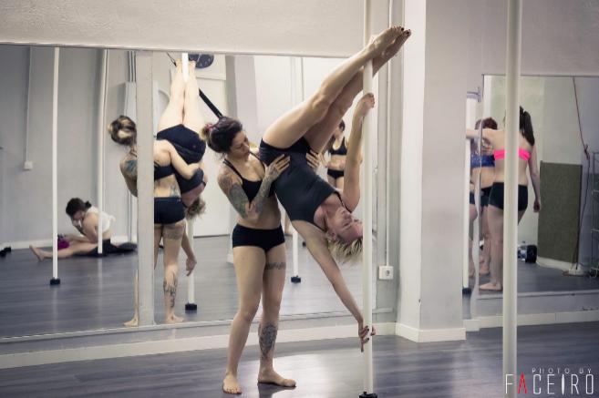 Chicas en clase de pole dance
