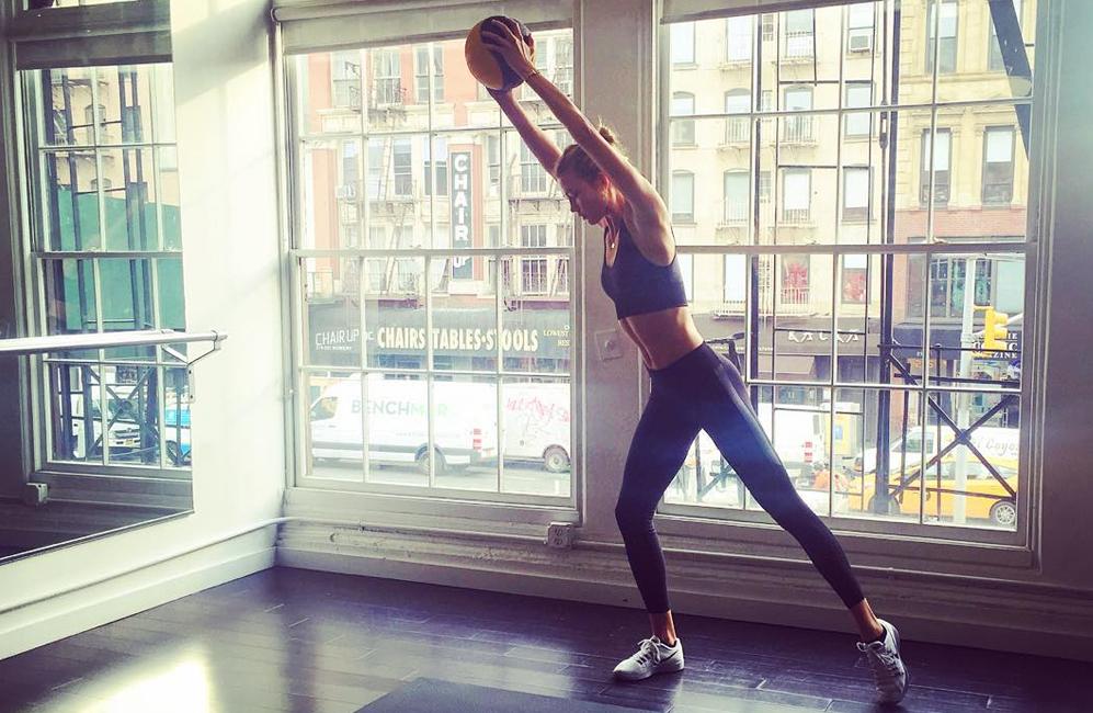 Karlie Kloss tonifica brazos y piernas