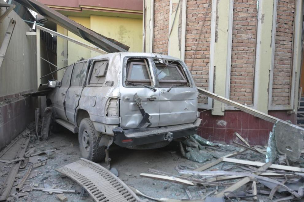 Uno de los vehiculos de la embajada destrozados en el ataque.