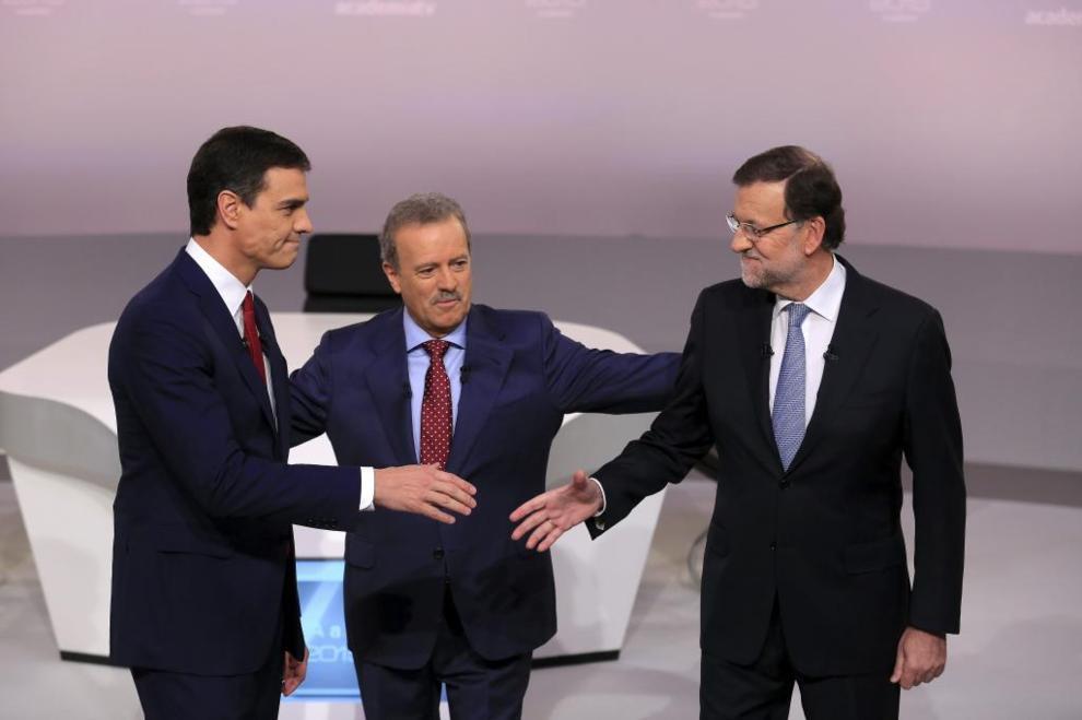 El líder socialista saluda al candidato del PP antes del debate.