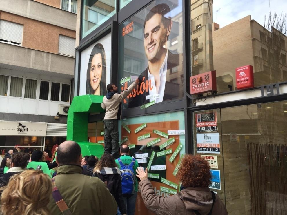 Varios miembros de la PAH haciendo un escrache en la sede de Ciutadans...