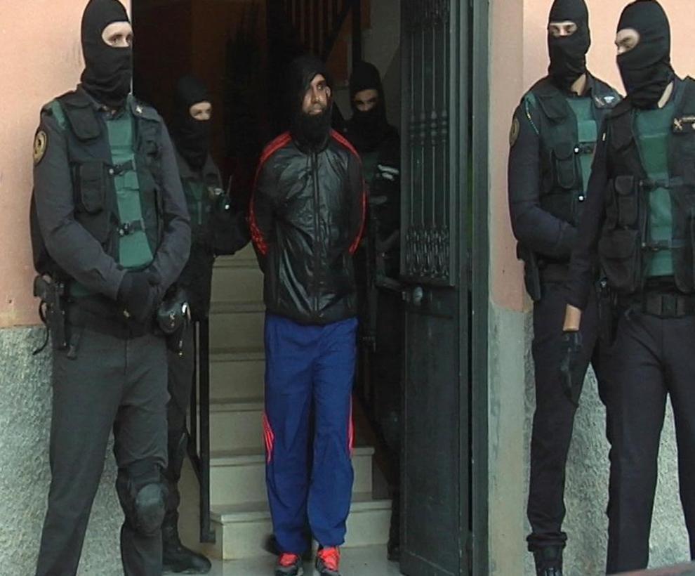 Agentes de la Guardia Civil, con el detenido el pasado sábado.