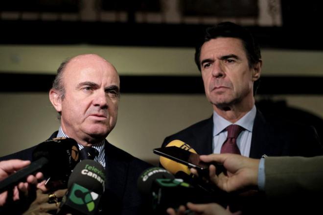 Luis de Guindos y José Manuel Soria durante un acto conjunto la...