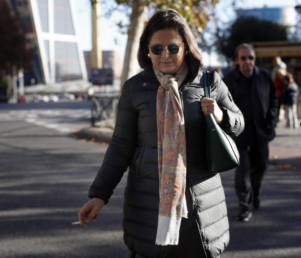 Milagros Puentes a la salida de los juzgados, ayer, en Madrid.