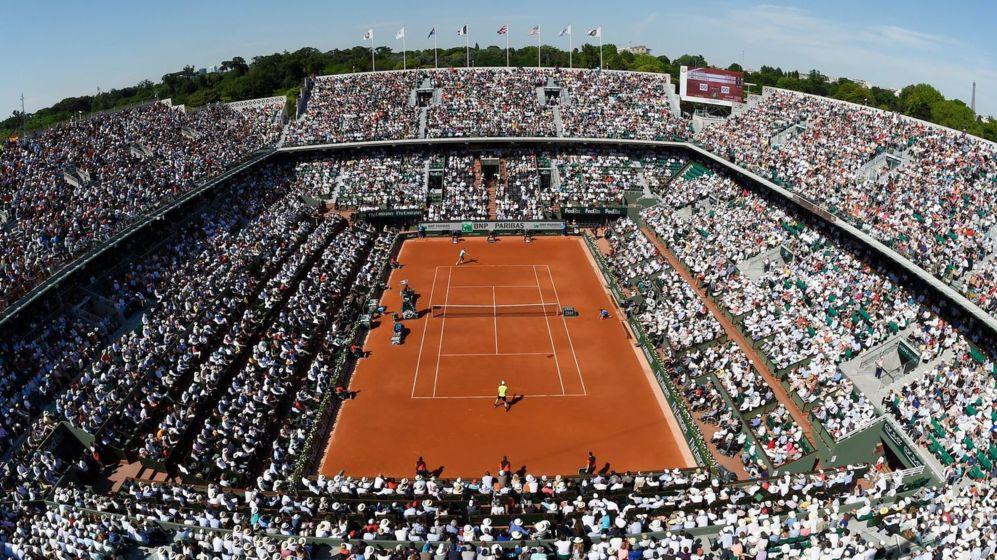 <b>ROLAND GARROS: 23 DE MAYO-5 DE JUNIO: </B> Cualquiera de los torneos del Grand Slam es cita ineludible para los amantes del tenis, pero Roland Garros, del 23 de mayo al 5 de junio, tiene este año de nuevo un significado especial. Novak Djokovic se quedó en 2015 a las puertas del Grand Slam precisamente por su derrota en la final de París, donde todavía no ha logrado nunca el título. El número uno del mundo buscará en 2016 quitarse esa espina. Mientras, liberado ya de la presión de ser el favorito, Rafael Nadal intentará recuperar su trono sobre la arcilla y levantar el esquivo décimo trofeo en Roland Garros.
