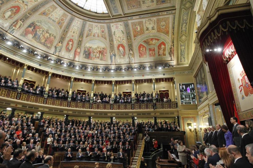 Los diputados, en pie durante la sesión de apertura de la pasada...