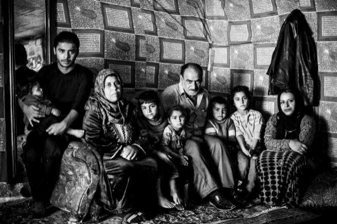 Khalaf Abdelkarim posa junto a sus padres, Abdel Karim Halab, su...