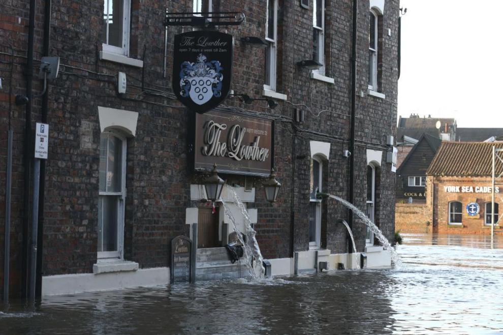 Un pub inundado en el centro de la ciudad de York.