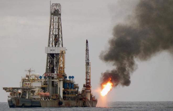 Barco perforador de Petrobras operando en alta mar en Espirito Santo
