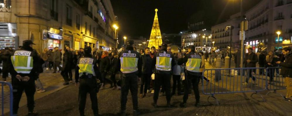 La Policía Nacional controla a las miles de personas que celebran la...