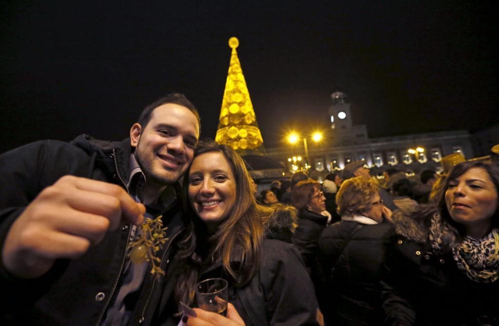 Miles de personas celebran la Nochevieja un día antes de la noche de...