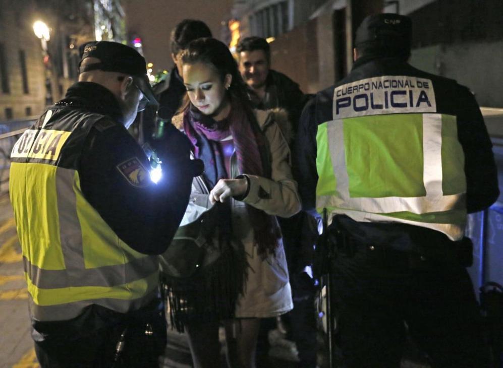La Policía Nacional controla la entrada de personas.