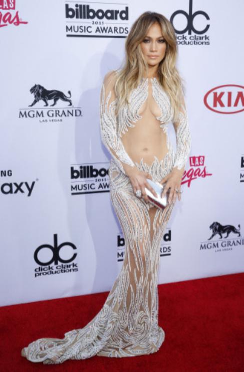 Otra de las famosas más adictas a este tipo de vestidos que muestran...