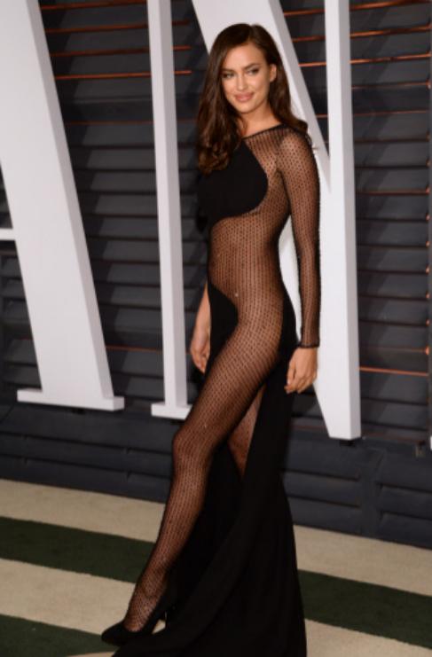 De Versace es este espectacular vestido elegido por la bella modelo...
