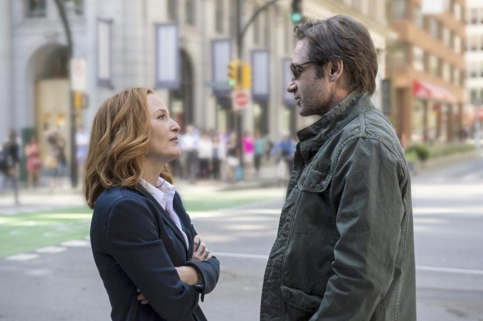 Los agentes Mulder (David Duchovny) y Scully (Gillian Anderson), en un...