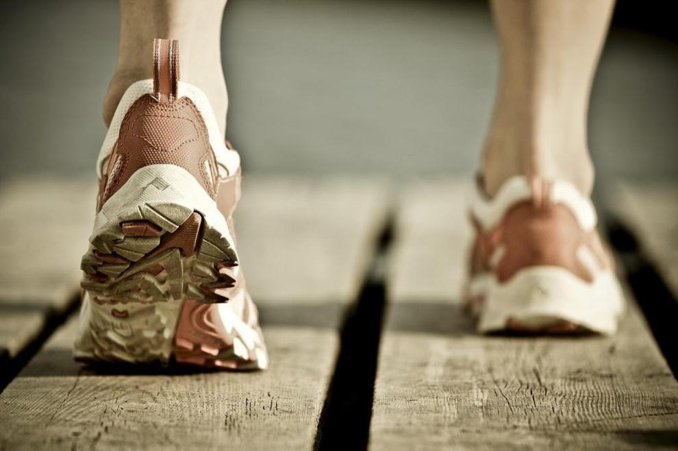 Una persona debería hacer 150 minutos semanales de ejercicio suave o...