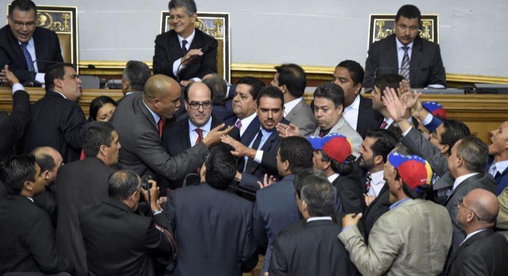 Tensión en el Parlamento venezolano cuando los diputados chavistas...