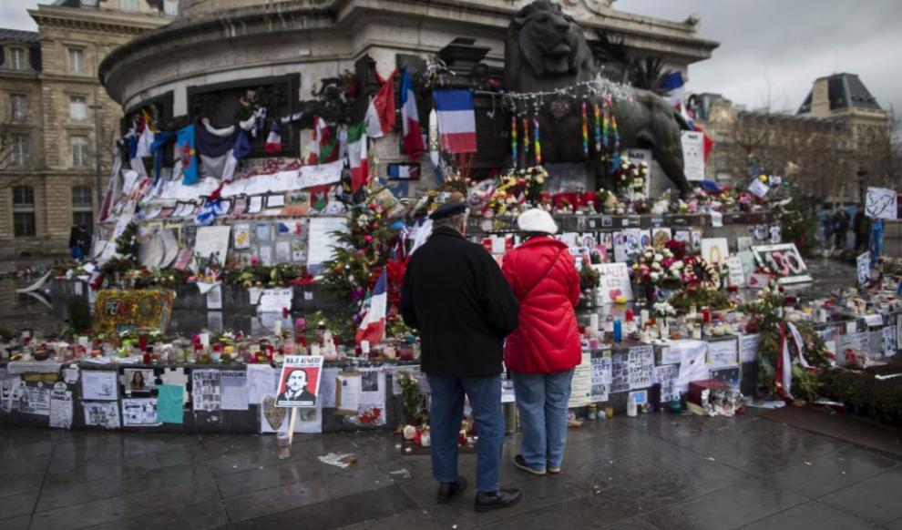 Una pareja, ante el monumento improvisado a las víctimas de los...