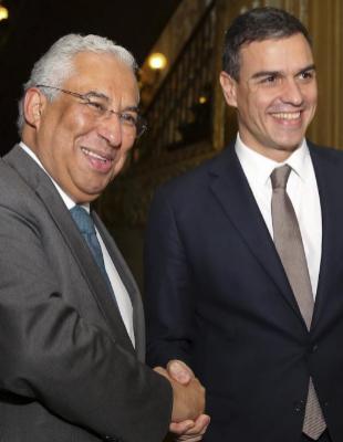 Pedro Sánchez con el primer ministro portugués, Antonio Costa, en...