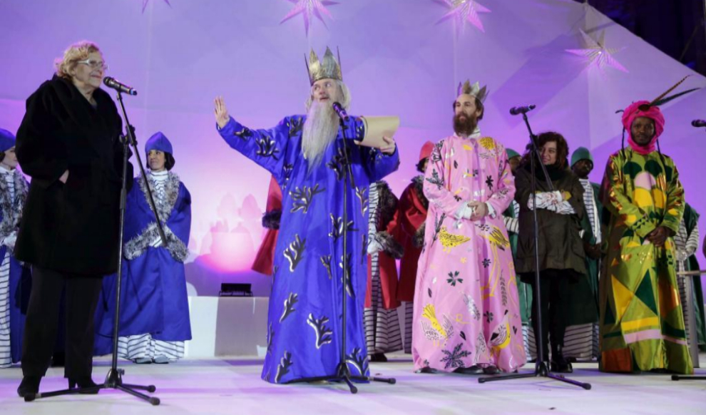 Los Reyes Magos ataviados con las polémicas vestiduras, el martes,...