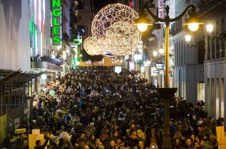 Gente en una céntrica calle comercial de Madrid en Navidad.