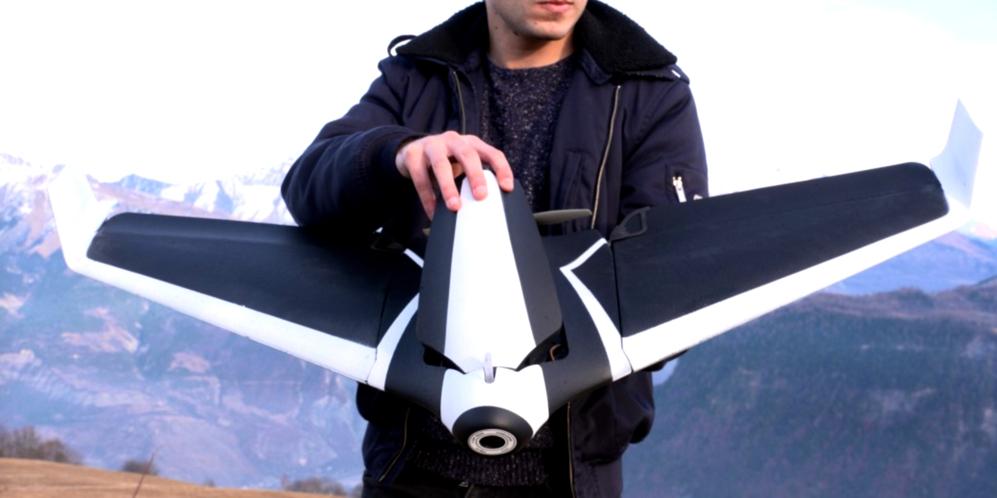 <STRONG>PARROT DISCO.</STRONG>  A este dron le han salido alas y le sientan muy, muy bien. Es capaz de volar durante 45 minutos con una sola carga y corrige los errores del piloto para evitar accidentes o sigue rutas prefijadas en el mapa. Su cámara graba vídeo con calidad HD.