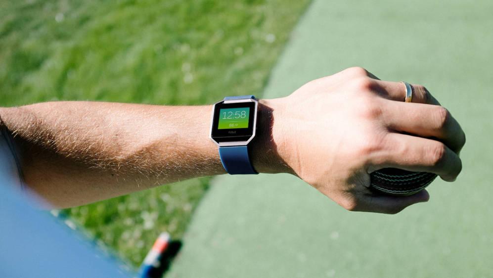<strong>FITBIT BLAZE.</STRONG> Un año más el fitness y los wearables vuelven a ser protagonistas de la feria. Este reloj inteligente de Fitbit tiene pantalla a color, mide el rendimiento deportivo o la calidad del sueño y, además, presume de poder mantenerse activo durante cinco días entre carga y carga.
