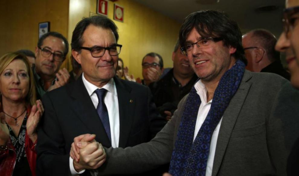 Artur Mas estrecha la mano de Carles Puigdemont a su llegada a la sede...