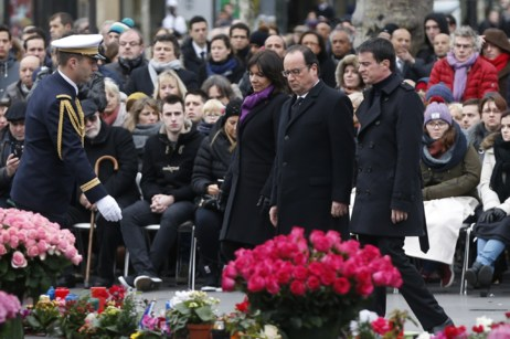 De izq. a dcha., Anne Hidalgo, François Hollande y Manuel Valls en...