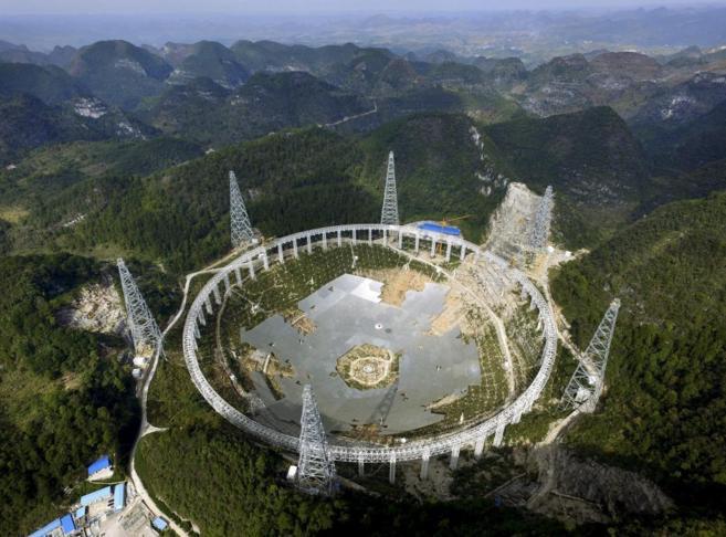 Obras de construcción del radiotelescopio FAST en Guizhou (China).