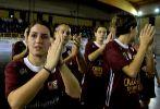 Las chicas del Locri aplauden a los aficionados al término del...
