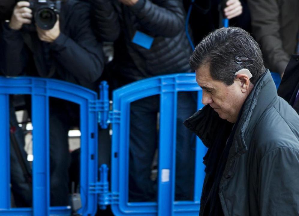 Jaume Matas, ex presidente balear, cabizbajo a su llegada a la sala.