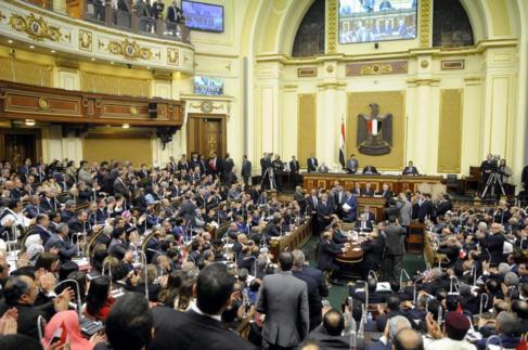 Los diputados egipcios durante la sesión inaugural de la cámara en...