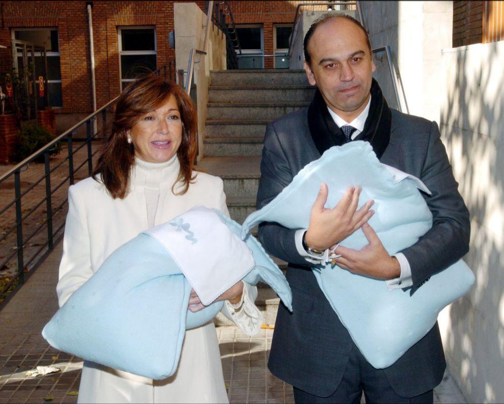 Ana rosa Quintana junto a su marido, Juan Muñoz saliendo del hospital junto a sus gemelos en el año 2004. Ella tenía 48 años cuando dió a luz.