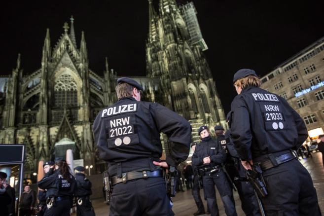 La policía de Colonia custodia las áreas cercanas a las catedral de...