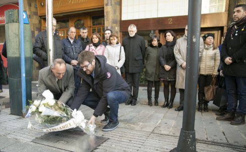 Gorka Urtaran y Ramiro González depositan un ramo de flores durante...
