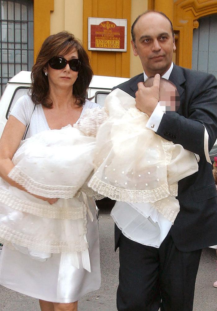 En marzo de 2005, bautizó a sus dos hijos en Sevilla.