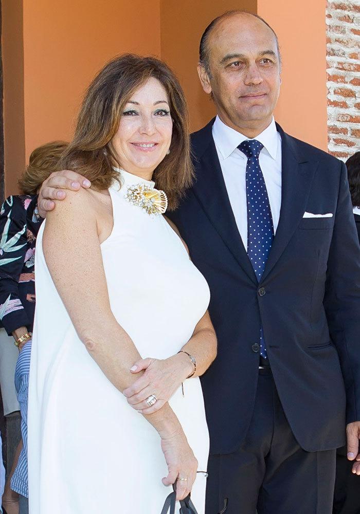 En julio de 2013, celebró la Primera Comunión de sus hijos en...