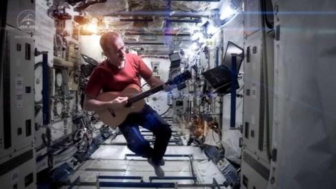 El astronauta canadiense Chris Hadfield versionó  'Space...