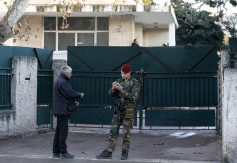 Un soldado francés en la puerta de la escuela judía en la que...