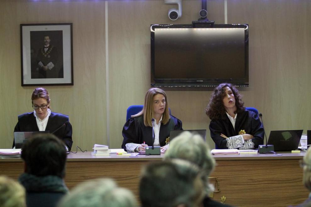 Las tres magistradas de la Audiencia, ayer, en un momento de la vista,...
