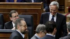 Mariano Rajoy mira a Pedro Gómez de la Serna hoy en el Congreso.