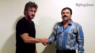 Sean Penn y 'El Chapo' Guzmán posan durante su encuentro.