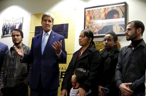 John Kerry, este miércoles con varios refugiados en un centro de...
