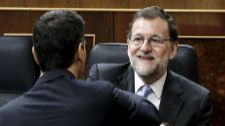 Mariano Rajoy saluda a Pedro Sánchez en el pleno constitución de las...
