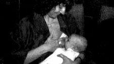 Ángeles Maestro, diputada por IU en 1991, da el pecho a su hijo en el...